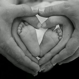 Bàn tay ba mẹ và bàn chân bé