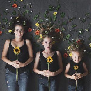 Mẹ con và hoa hướng dương
