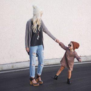 mẹ và bé dạo phố