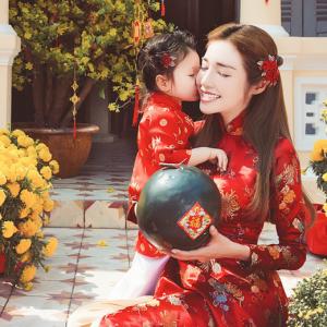 Mẹ và bé trong áo dài ngày Tết
