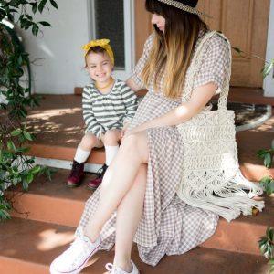 Mẹ và bé ngồi bên hiên nhà