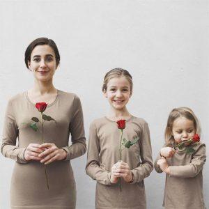 Mẹ, bé và hoa hồng