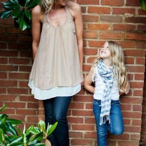 Mẹ và bé chụp dựa lưng vào tường