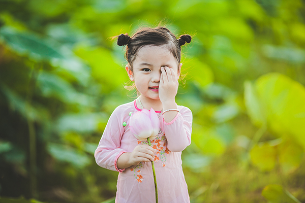 Mặc gì cho bé khi quay phim với hoa sen