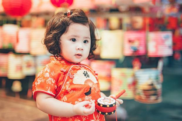 Lựa chọn trang phục màu đỏ để ảnh của bé thật lung linh
